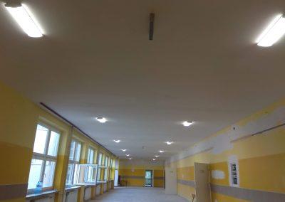 Montaż opraw na korytarzu szkolnym